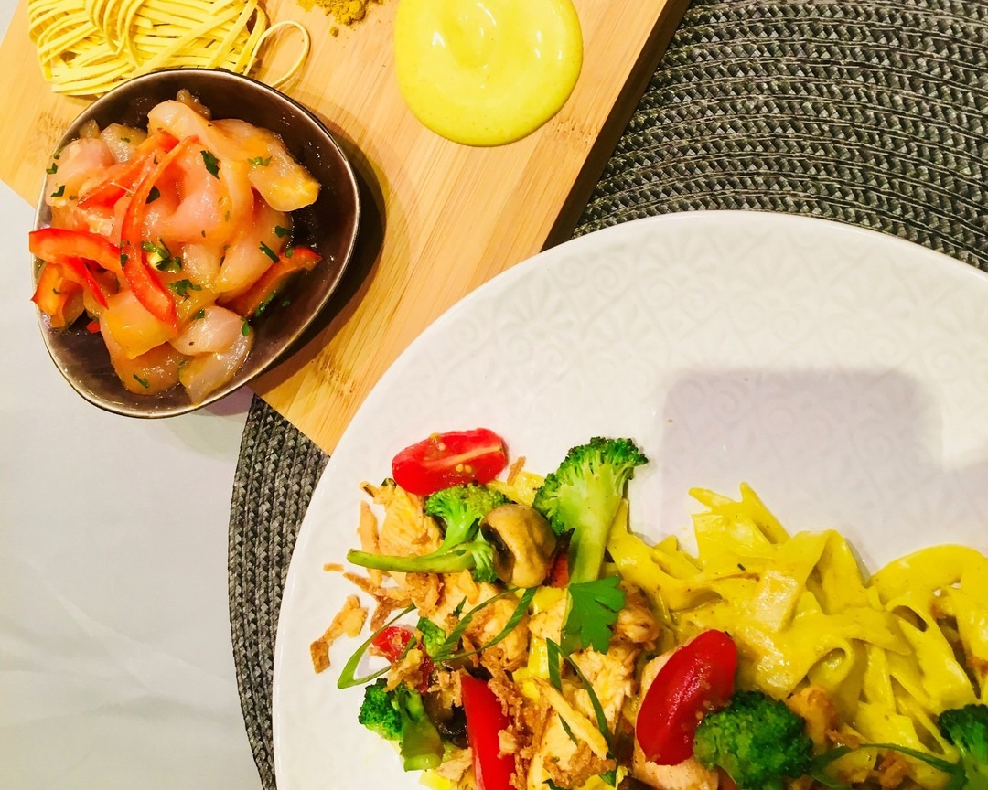 Zomerse tagliatelleschotel met kipreepjes en kerrie  - Fishtime
